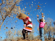 девушки outdoors играя Стоковое Фото