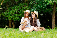 Девушки Selfie с шляпами Стоковое Изображение RF