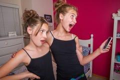 Девушки Twor говоря на их мобильном телефоне Стоковая Фотография RF