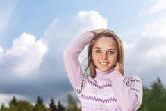 Девушк-подросток против неба Стоковые Изображения