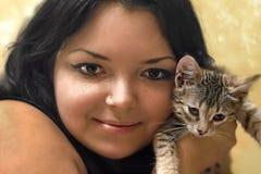 Девушк-солнце Портрет маленькой девочки с котенком Стоковые Фото