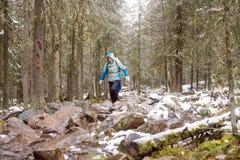 Девушк-турист в лесе осени с снегом Стоковое Изображение