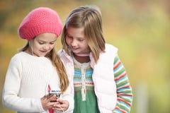 девушок mp3 детеныши игрока outdoors Стоковое Изображение