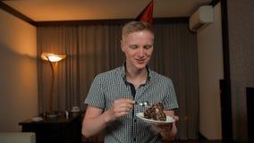 Дегустация молодого человека и еда части части именниного пирога сток-видео