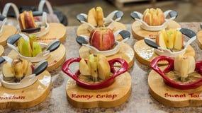 Дегустация Яблока на саде стоковое фото