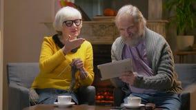 Деды говоря с внуками на планшете видеоматериал