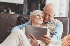 Деды используя социальные средства массовой информации на планшете стоковое изображение
