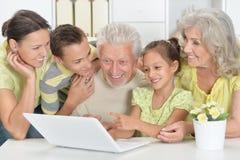 Деды с взрослыми дочерью и внуками совместно стоковое фото