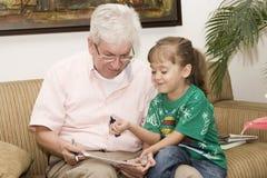 дед внучки его играть Стоковое Изображение RF