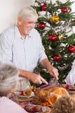 Дед высекая индюка на рождестве Стоковые Изображения RF