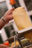 дед делая макаронные изделия Стоковые Фотографии RF