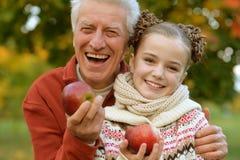 Дед и внучка представляя outdoors Стоковые Изображения RF