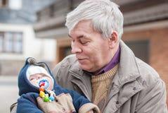 Дед и милый младенец внучат стоковые фотографии rf