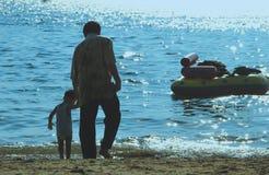 Дед и морская вода игры внуков Стоковые Фотографии RF