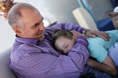 Дед обнимая его внука Стоковое Изображение RF
