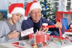 Дед при внук подготавливая для рождества Стоковое Изображение