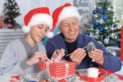 Дед при внук подготавливая для рождества Стоковые Изображения