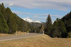 Дезертированная высокая дорога перевала весной Стоковое фото RF