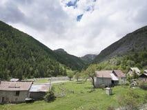 Дезертированная деревня вдоль дороги к col de Ла bonette в французских maritimes alpes стоковые фото