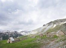 Дезертированная деревня вдоль дороги к col de Ла bonette в французских maritimes alpes стоковое изображение