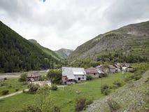 Дезертированная деревня вдоль дороги к col de Ла bonette в французских maritimes alpes стоковая фотография rf