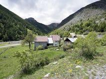 Дезертированная деревня вдоль дороги к col de Ла bonette в французских maritimes alpes стоковые фотографии rf