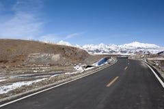 дезертированная дорога гор снежная Стоковое Изображение RF