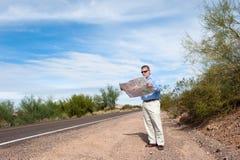 дезертированная дорога чтения карты человека Стоковая Фотография
