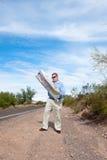 дезертированная дорога чтения карты человека Стоковое Фото