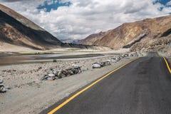 Дезертированная дорога в зоне горы Стоковое Изображение