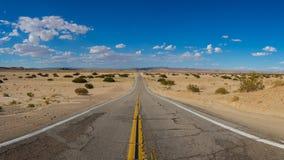 Дезертированная дорога Калифорнии Мохаве Стоковая Фотография