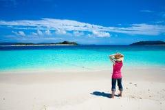 дезертированные острова девушки смотря тропическим Стоковые Изображения RF