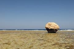 дезертированный валун пляжа Стоковые Фото