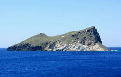 Дезертированный остров близко к Milos стоковые изображения rf