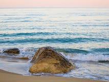Дезертированный песчаный пляж на заходе солнца яблоко заволакивает вал солнца природы лужка ландшафта цветков Стоковая Фотография RF