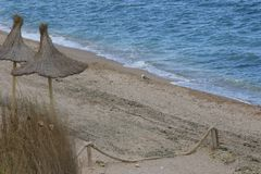 Дезертированный пляж в пасмурной погоде Стоковые Изображения RF