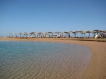Дезертированный пляж в Hurghada, Египте стоковая фотография
