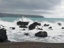 Дезертированный пляж потому что море бурно стоковые фото
