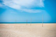 Дезертированный пляж с видами на море стоковая фотография