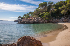 Дезертированный пляж в солнце зимы Стоковые Фотографии RF