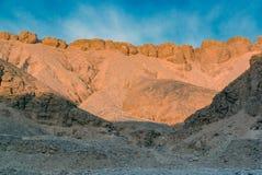 Дезертируйте горный склон с камнями в долине королей в Египте стоковые фотографии rf