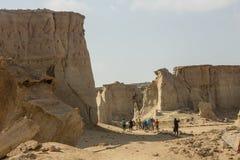 Дезертируйте каньон в пустыне Ирана с путешественниками стоковое фото
