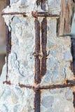 Дезинтегрированный старый конкретный штендер с поврежденным и ржавым стальным f стоковое изображение
