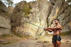 Действенный молодой ратник с шпагой стоковая фотография
