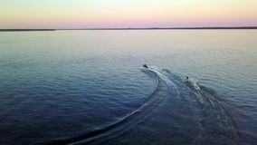 Действие на Jetski, катание на водных лыжах скорости jetski 2 спортсменов видеоматериал