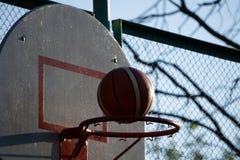 Действие сняло баскетбола идя через обруч и сеть баскетбола стоковые изображения rf