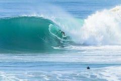 Действие трубки волны серфера занимаясь серфингом стоковые фото
