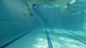 ДЕЙСТВИЕ CAM: Человек ныряет в бассейне акции видеоматериалы