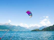 Действие Kitesurfing на озере Стоковое Изображение RF