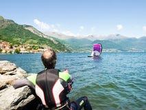 Действие Kitesurfing на озере Стоковые Фотографии RF